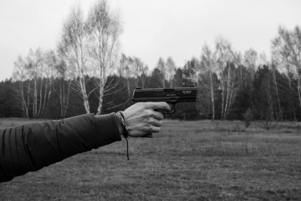 さすがに拳銃を使った教師はいませんが……。
